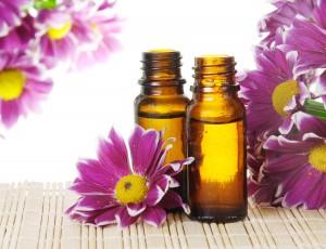 Flasker med æteriske olier og blomster